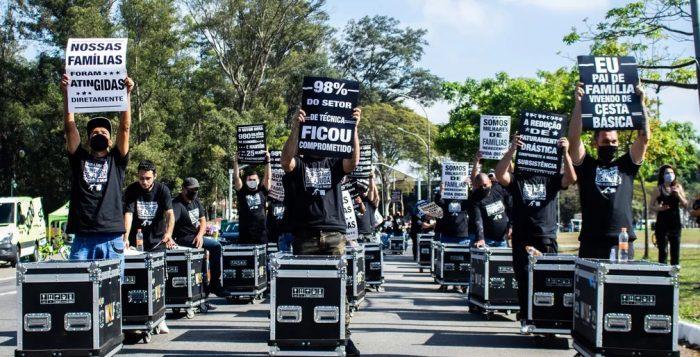 Profissionais da área técnica de eventos, shows, teatro e cinema promovem manifestação Passeata com Cases em São Paulo neste domingo (2) — Foto: Van Campos/FotoArena/Estadão Conteúdo